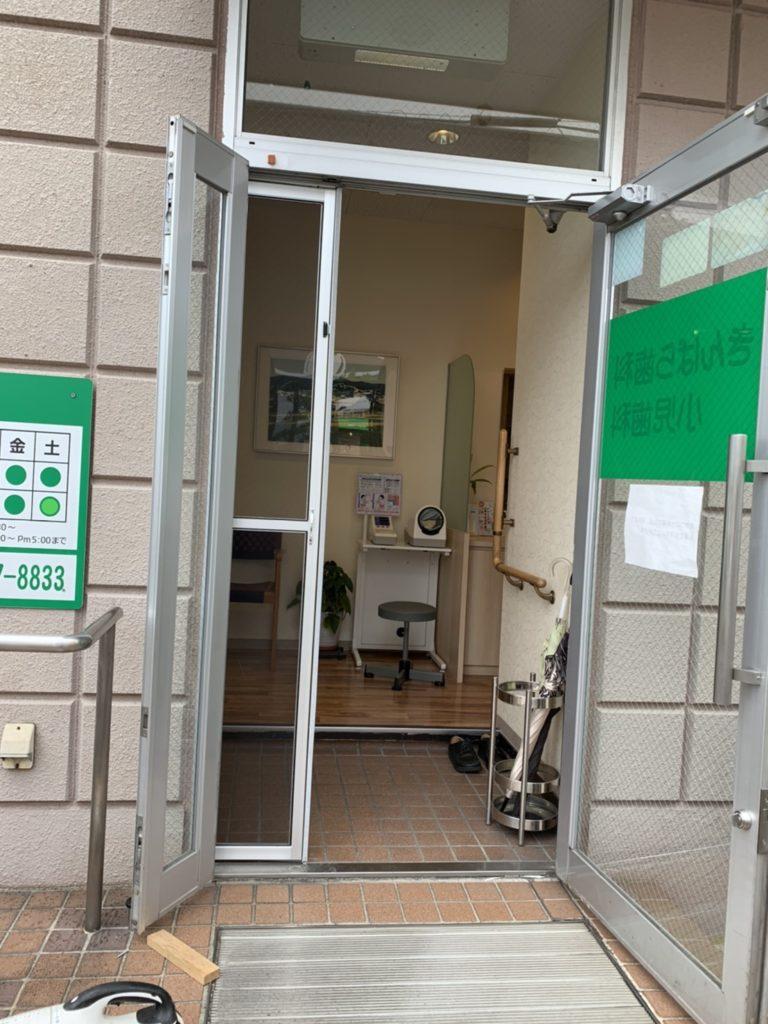 愛知県大府市の歯科医院にて玄関ドアの小窓に網戸取付工事を行いました。【窓香房】