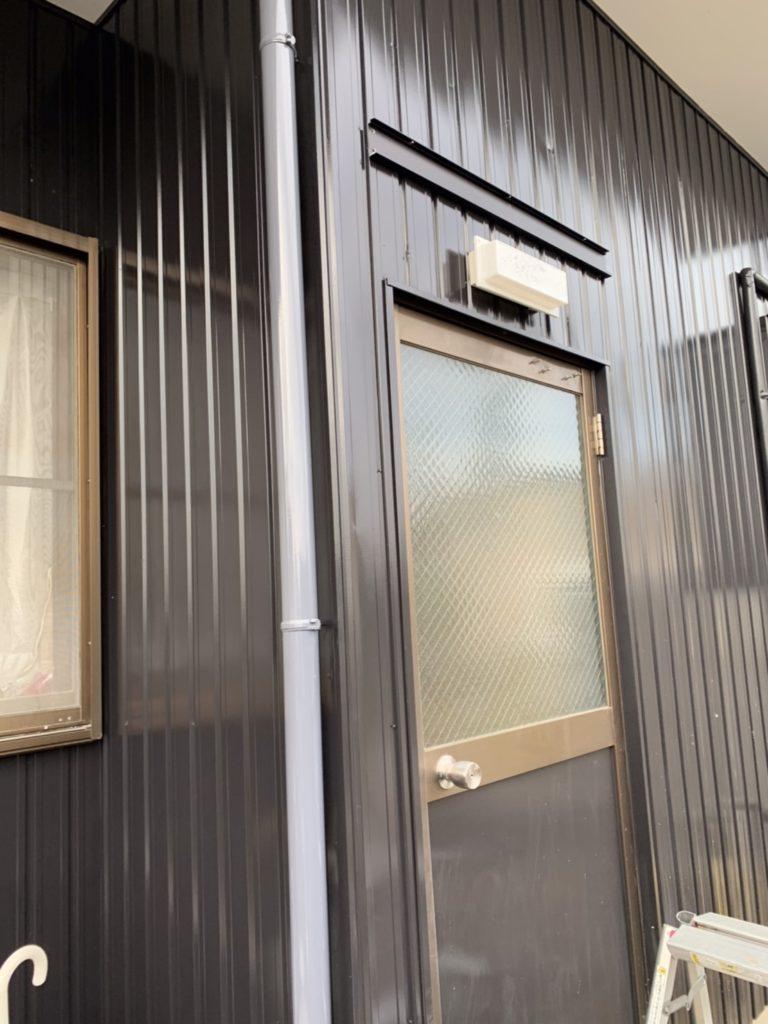 愛知県名古屋市緑区にて、勝手口ドアに庇取付工事を行いました。YKK コンバイザーD600【窓香房】