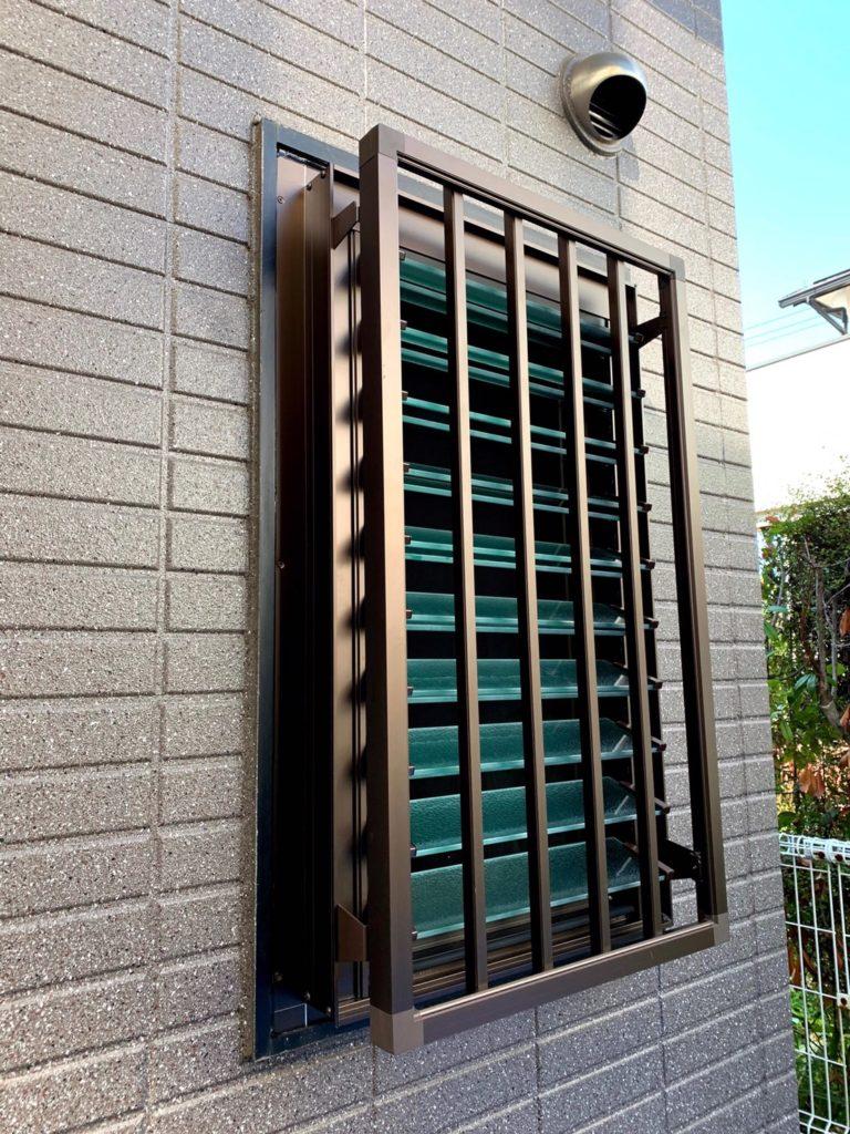 愛知県名古屋市名東区にて、浴室窓交換、面格子取付工事を行いました。YKK エピソードWルーバー窓【窓香房】