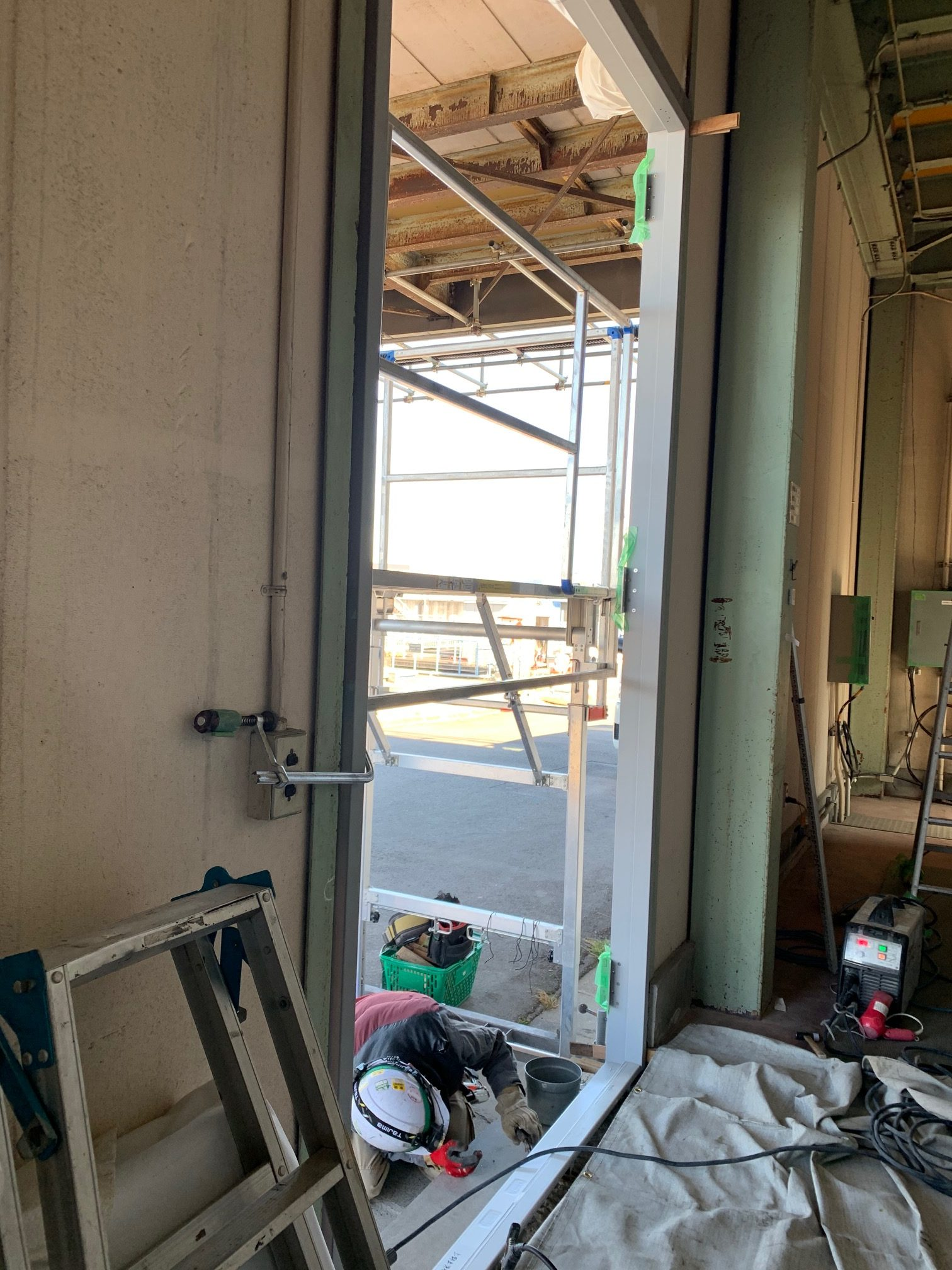 本日は、愛知県東海市の電源倉庫にて、鉄の扉を大きくする工事に入りました。