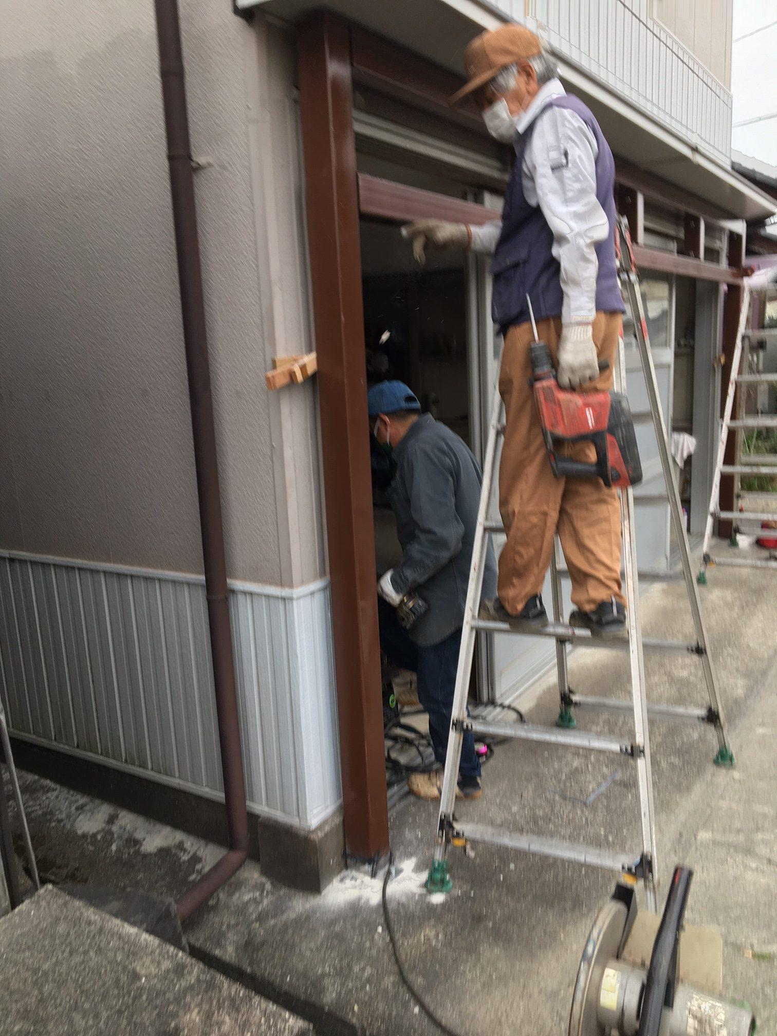 店舗シャッター取付前の構造体の施工を行いました。【窓香房】