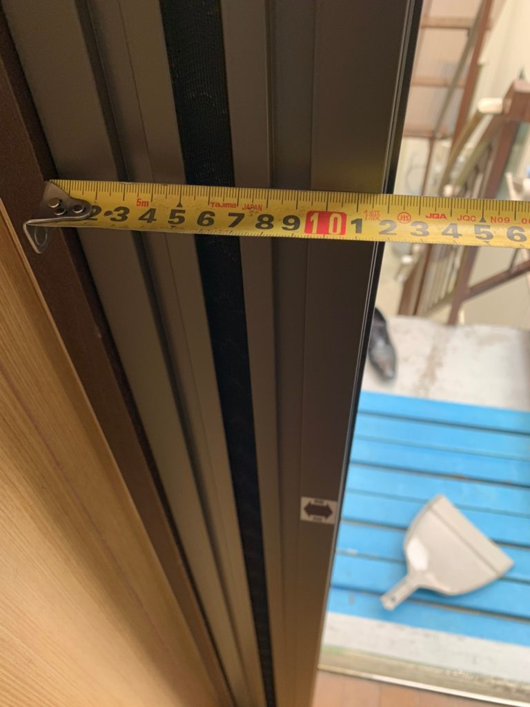 愛知県大府市の学習塾にて、玄関網戸取付工事を行いました。(リクシル しまえるんです網戸)【窓香房】