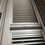 愛知県大府市の飲食店にて、出入口用の採風型網戸取替工事を行いました。(採風ルーバー折戸)【窓香房】