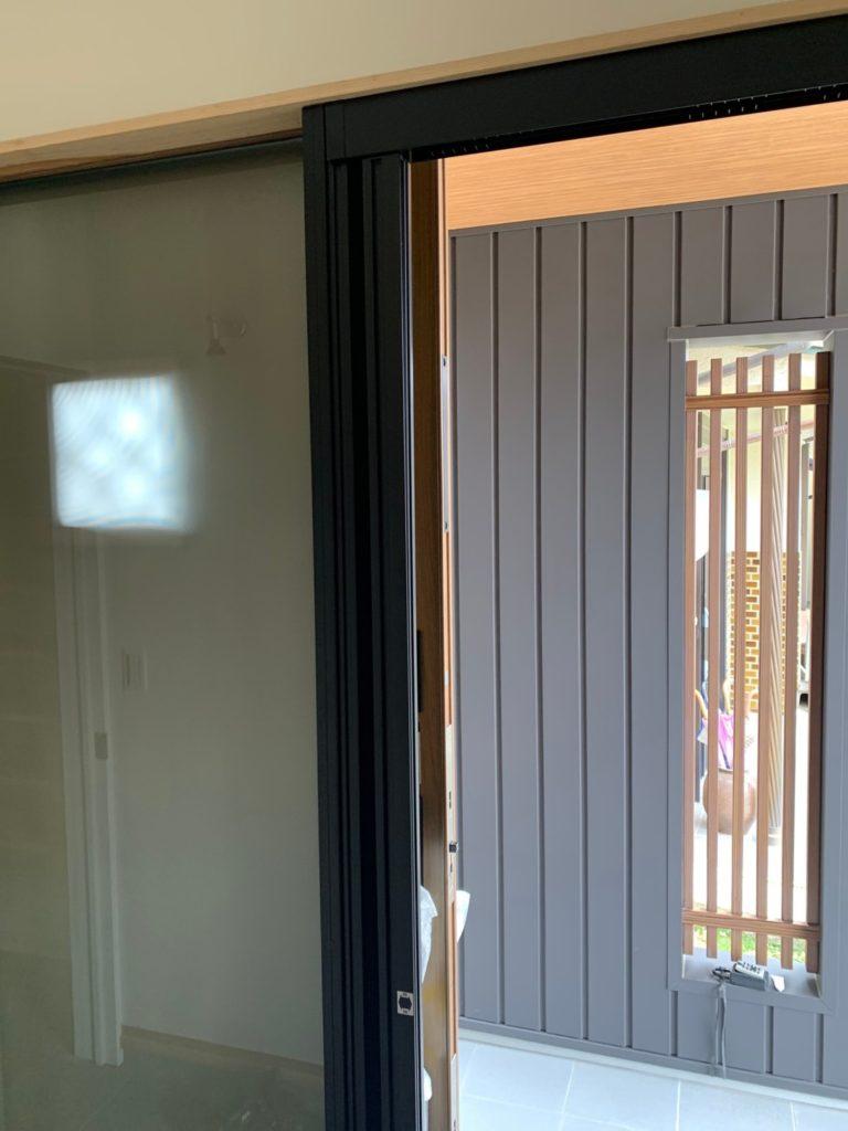 愛知県豊明市にある戸建住宅にて、玄関網戸取付工事を行いました。(LIXILしまえるんです網戸)【窓香房】