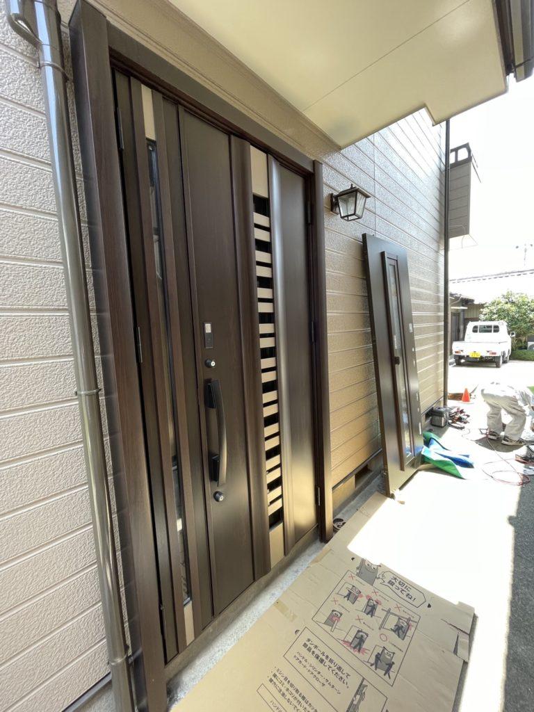 愛知県豊明市の戸建住宅にて、玄関ドア勝手口ドアリニューアル工事を行いました。(LIXILリシェント玄関ドア採風タッチキー仕様)【窓香房】
