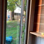 樹脂サッシドアに網戸取付、テラスドアストッパー金具取付工事を行いました。(LIXIL樹脂サッシ エルスター)【窓香房】