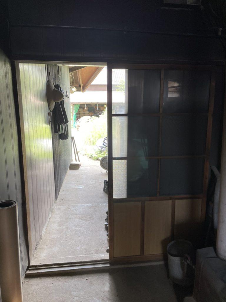 愛知県北名古屋の戸建住宅にて、雨戸サッシ、勝手口引戸、浴室折戸の取替工事を行いました。(YKK,LIXIL)【窓香房】
