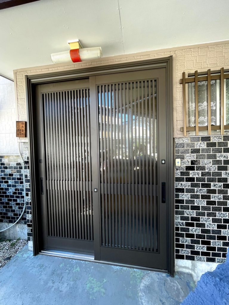 愛知県名古屋市西区の戸建住宅にて、玄関引戸取替工事を行いました。(LIXILリシェント)【窓香房】
